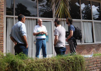 1. El Director del IAR, Dr. Marcelo Arnal, recibe al equipo de filmación