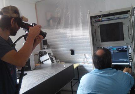 4. Tec. Martín Salibe muestra el modelo de desarrollo de uno de los instrumentos principales del Satélite Sabiamar